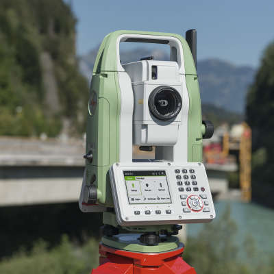 Тахеометр Leica TS07. Использование в поле. Фото Leica Geosystems AG. интернет-магазин GEOOPTIC.RU